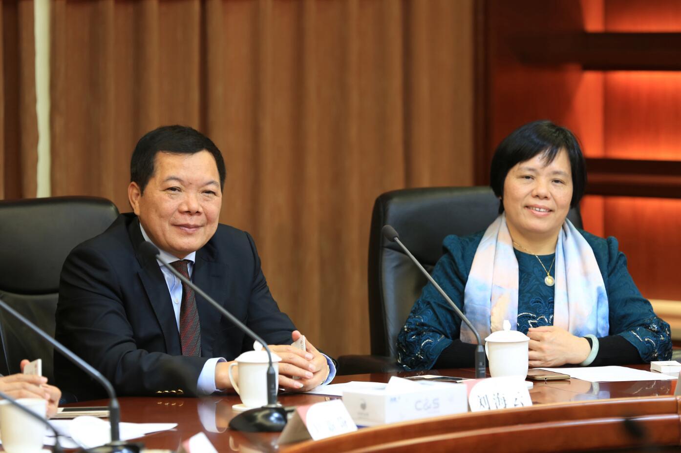 建艺集团董事长兼总裁刘海云(左一)及副总裁颜如珍(右一)出席签约