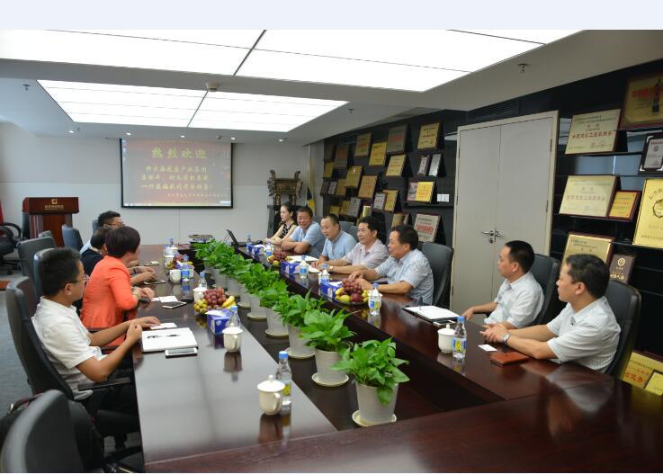 建艺集团董事长刘海云(右三)等集团高管在会议上发言