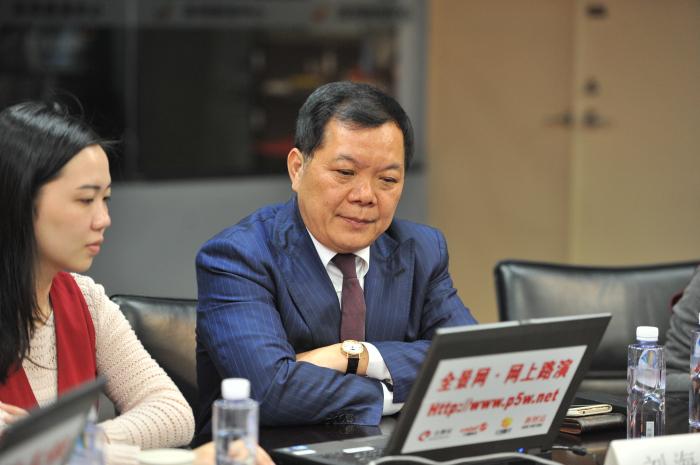 建艺集团董事长刘海云(右一)在回答网友提问