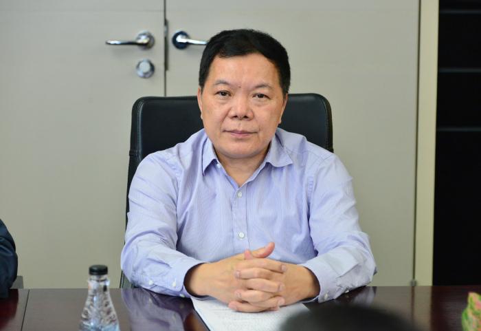 建艺集团董事长兼总裁刘海云听取技术讲解