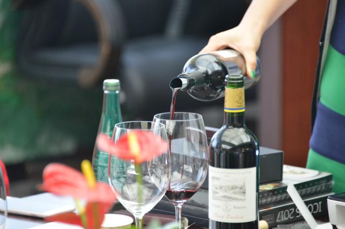 从葡萄酒的历史起源,葡萄酒的种类,葡萄酒的酿造过程,各种类葡萄酒的