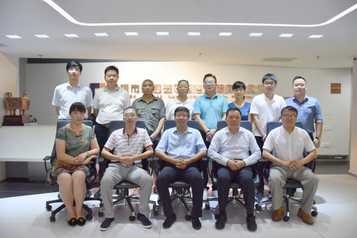 刘海云董事长等集团高管与调研组相关领导在集团大厅合影
